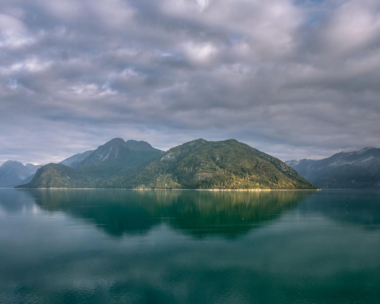 Alaska mountains, lake, clouds, 1280x1024 wallpaper