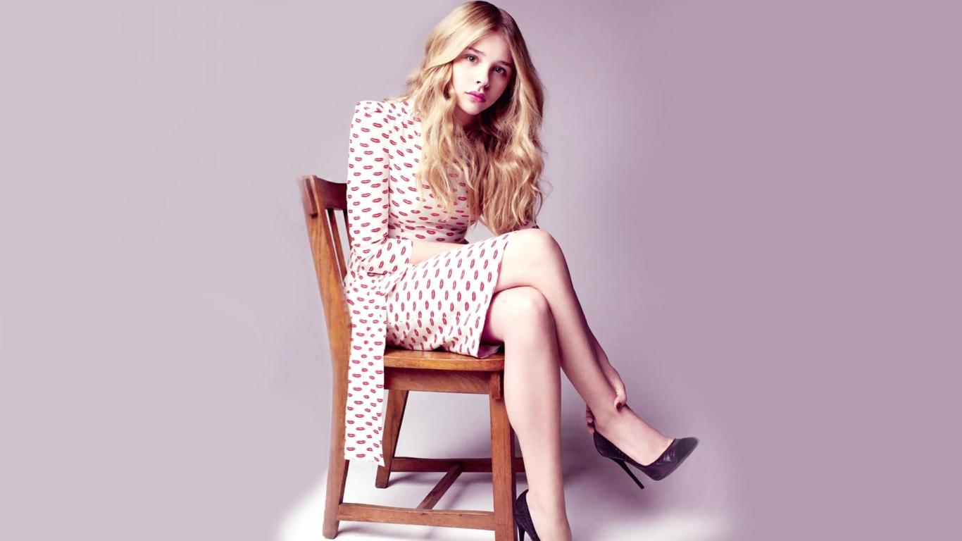 Chloe Grace Moretz, sit, celebrity, 1366x768 wallpaper