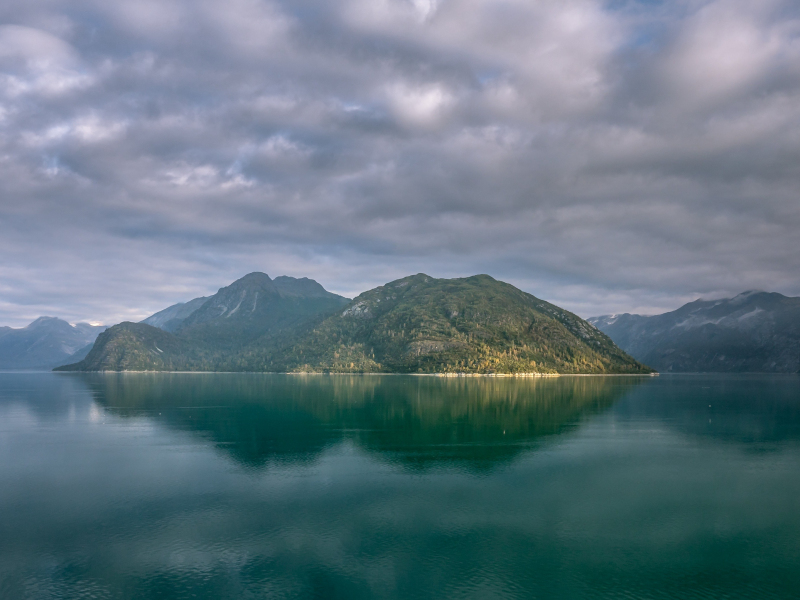 Alaska mountains, lake, clouds, 800x600 wallpaper