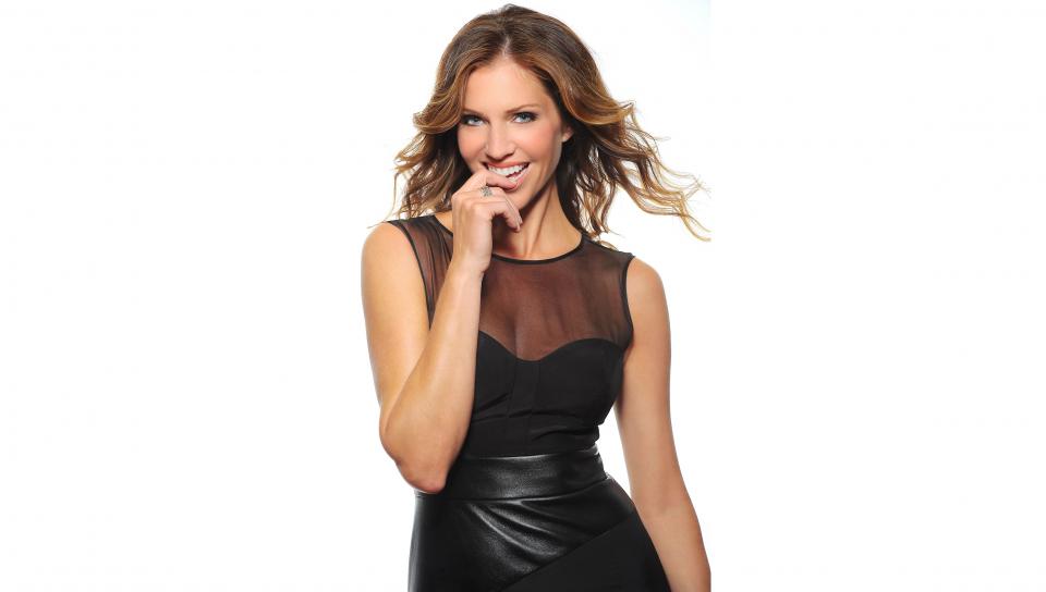 Download 960x544 Wallpaper Smile Pretty Black Dress